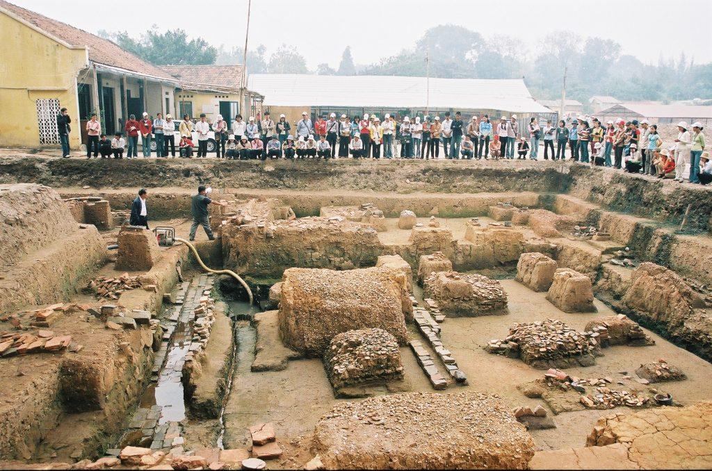 Sinh viên đại học nghe nhà khảo cổ học Nguyễn Tiến Đông giới thiệu những di tích thời Lý - Trần (Khu A).