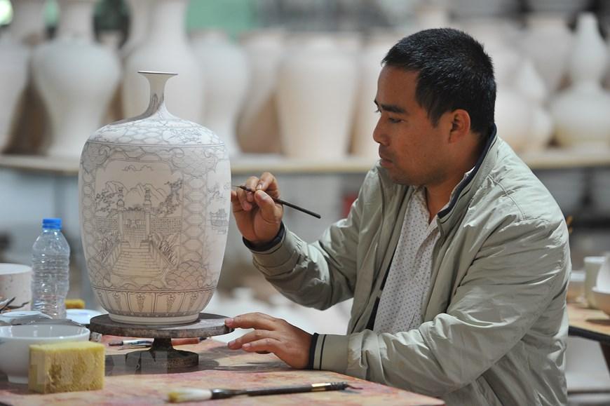 Làng nghề Bát Tràng là một trong những làng nghề truyền thống chuyên về gốm sứ ở Việt Nam đã có tuổi đời hơn 500 năm.