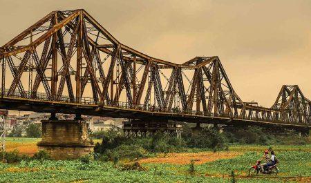 Cảnh sắc yên bình ở chân cầu Long Biên
