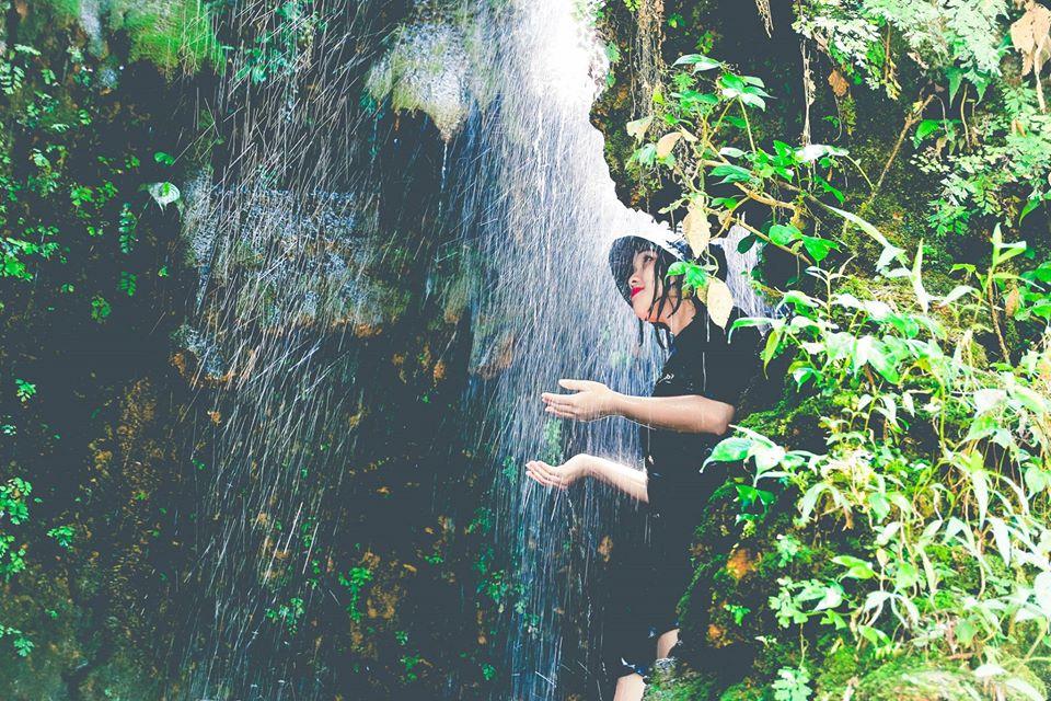 Tắm suối ở thác Mu Hòa Bình