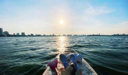 Thời gian thích hợp chèo SUP ở Hồ Tây