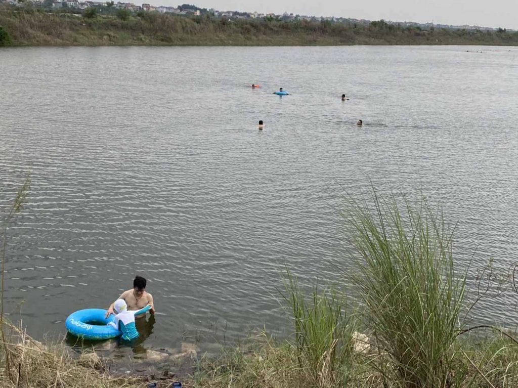 Bơi ở đảo mây trắng sông Hồng