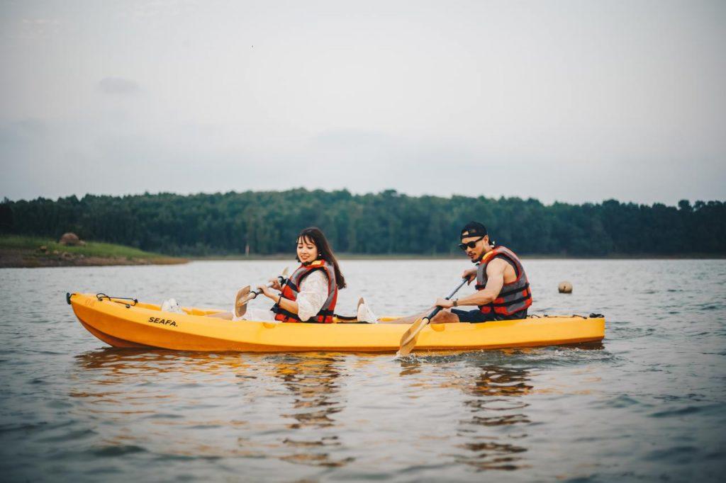 Chèo thuyền ở hồ Đại Lải
