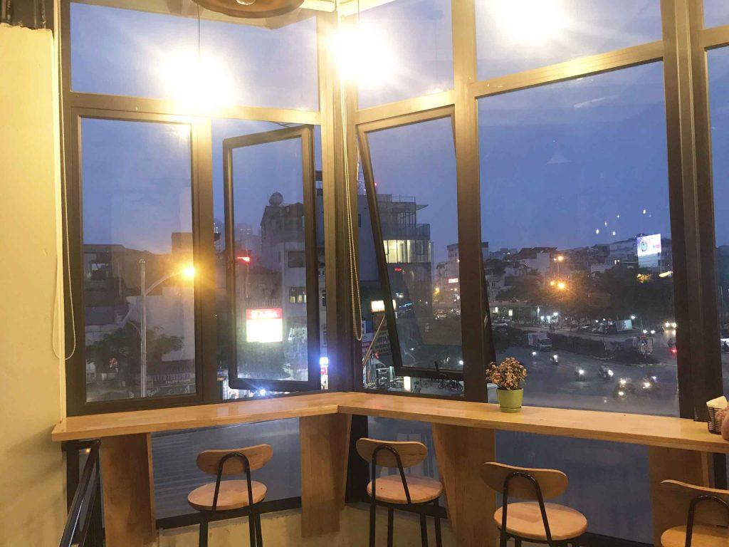 View quán cafe tone vàng trên đường Văn Cao