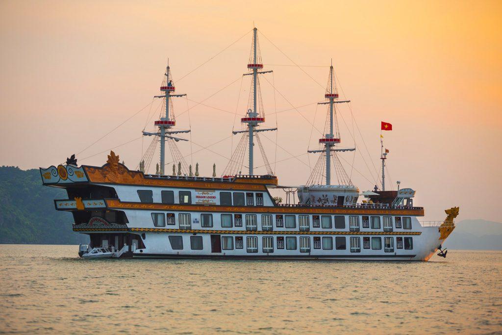 Du thuyền Dragon Legend được trang trí trang nhã với các chi tiết bảng gỗ và họa tiết truyền thống.
