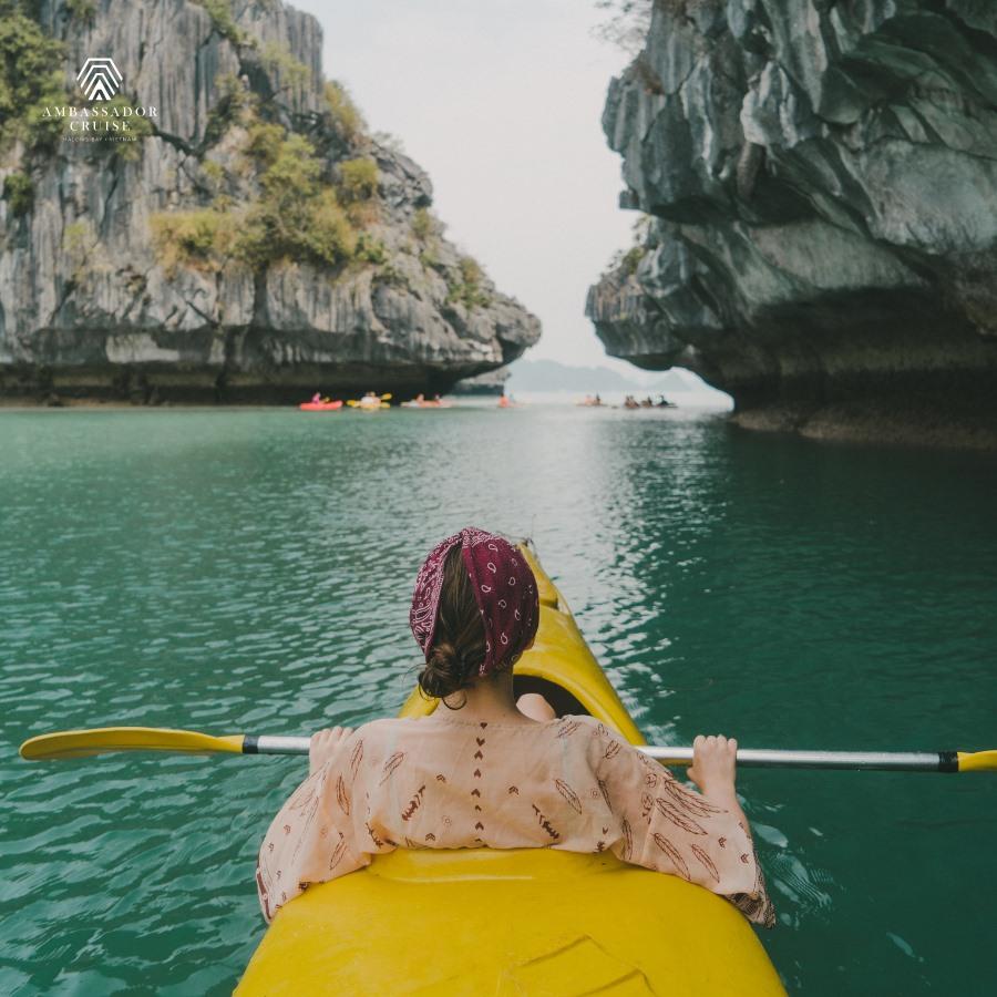 Chèo kayak ở Vịnh Hạ Long