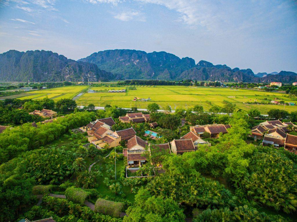 Emeralda Resort Ninh Bình nằm ở xã Gia Vân, huyện Gia Viễn, tỉnh Ninh Bình, cách trung tâm Hà Nội khoảng 90km.