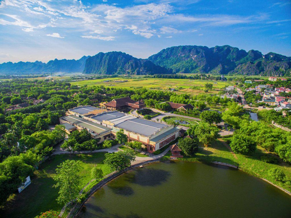 Emeralda Resort Ninh Bình là một khu nghỉ dưỡng vô cùng nổi tiếng nằm ẩn mình trong những dãy núi đá vôi.